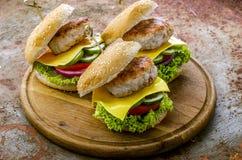 Σπιτικό νόστιμο χάμπουργκερ ή cheeseburger Στοκ φωτογραφία με δικαίωμα ελεύθερης χρήσης