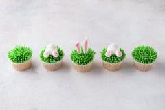 Σπιτικό Πάσχα cupcakes σε μια σειρά Αστείο επιδόρπιο για τα παιδιά στοκ εικόνα