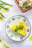 Σπιτικό πίτα με το eryngii Pleurotus μανιταριών σε ένα άσπρο ξύλινο υπόβαθρο Η άνοιξη ανθίζει τις κίτρινες τουλίπες Τοπ όψη Στοκ Εικόνα