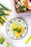 Σπιτικό πίτα με το eryngii Pleurotus μανιταριών σε ένα άσπρο υπόβαθρο Η άνοιξη ανθίζει τις κίτρινες τουλίπες Τοπ όψη Στοκ φωτογραφία με δικαίωμα ελεύθερης χρήσης
