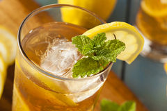 Σπιτικό παγωμένο τσάι με τα λεμόνια Στοκ Φωτογραφίες