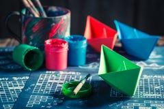 Σπιτικό παιχνίδι εγγράφου θωρηκτών με τα κόκκινα και μπλε σκάφη Στοκ φωτογραφία με δικαίωμα ελεύθερης χρήσης