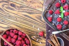 Σπιτικό παραδοσιακό γλυκό εύγευστο σκοτεινό ξινό κέικ πιτών σοκολάτας brownies με την πράσινη άδεια μεντών φρούτων σμέουρων λούστ Στοκ Εικόνα