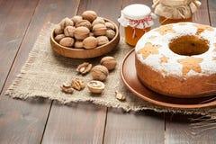 Σπιτικό παραδοσιακό κέικ φρούτων στα διακοσμημένα πιάτο καρύδια αργίλου και Στοκ εικόνες με δικαίωμα ελεύθερης χρήσης