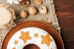 Σπιτικό παραδοσιακό κέικ φρούτων στο πιάτο αργίλου που διακοσμείται με και Στοκ Φωτογραφία