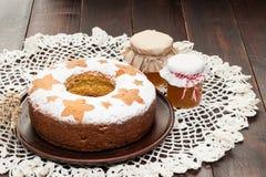 Σπιτικό παραδοσιακό κέικ φρούτων στο πιάτο αργίλου που διακοσμείται με το whe Στοκ φωτογραφία με δικαίωμα ελεύθερης χρήσης