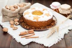 Σπιτικό παραδοσιακό κέικ φρούτων στο πιάτο αργίλου που διακοσμείται με το whe Στοκ Φωτογραφία