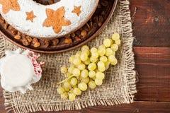 Σπιτικό παραδοσιακό κέικ φρούτων στο πιάτο αργίλου που διακοσμείται με το gra Στοκ Φωτογραφίες