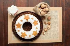 Σπιτικό παραδοσιακό κέικ φρούτων στο πιάτο αργίλου που διακοσμείται με το rai Στοκ φωτογραφία με δικαίωμα ελεύθερης χρήσης