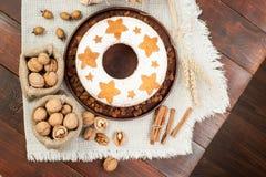 Σπιτικό παραδοσιακό κέικ φρούτων στο πιάτο αργίλου που διακοσμείται με το rai Στοκ Φωτογραφίες