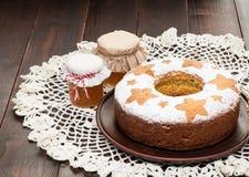 Σπιτικό παραδοσιακό κέικ φρούτων στο πιάτο αργίλου που διακοσμείται με το hon Στοκ Φωτογραφία