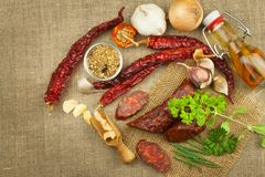 Σπιτικό πικάντικο λουκάνικο πιπεριών Σπιτικά αγροτικά λουκάνικα και τσίλι Αιχμηρά παραδοσιακά τρόφιμα Παραδοσιακοί χασάπηδες Στοκ Εικόνες