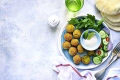 Σπιτικό πικάντικο chickpea falafel διακόσμησε με το φρέσκο λαχανικό α στοκ φωτογραφία