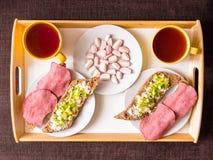 Σπιτικό πρόγευμα: ψωμί με το ζαμπόν, κρεμμύδια, ραδίκι Στοκ Εικόνες