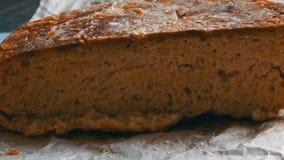 Σπιτικό πρόσφατα ψημένο ψωμί σε έναν πίνακα απόθεμα βίντεο