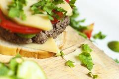 σπιτικό σάντουιτς προετοιμασιών κρέατος τυριών Στοκ Εικόνες