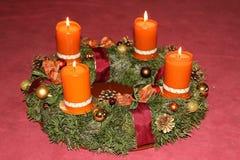 Σπιτικό στεφάνι εμφάνισης με τα κεριά κανέλας Στοκ εικόνα με δικαίωμα ελεύθερης χρήσης