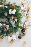 Σπιτικό στεφάνι Χριστουγέννων στον άσπρο ξύλινο πίνακα Στοκ Φωτογραφία