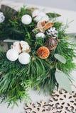 Σπιτικό στεφάνι Χριστουγέννων στον άσπρο ξύλινο πίνακα Στοκ Εικόνα