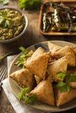 Σπιτικό τηγανισμένο ινδικό Samosas Στοκ φωτογραφία με δικαίωμα ελεύθερης χρήσης