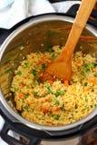 Σπιτικό τηγανισμένο ρύζι που γίνεται στο στιγμιαίο δοχείο Στοκ Φωτογραφίες
