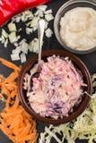 Σπιτικό τραγανό coleslaw με τα τσίλι σε ένα κύπελλο Στοκ Εικόνα