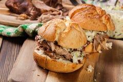 Σπιτικό τργμένο burger χοιρινού κρέατος με coleslaw τη σαλάτα Στοκ Εικόνες