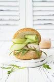 Σπιτικό τριζάτο burger ψαριών άνοιξη με τα πικάντικα τσίλι mayo στο λευκό αγροτικό ξύλινο πίνακα πέρα από το ελαφρύ υπόβαθρο διάσ Στοκ φωτογραφία με δικαίωμα ελεύθερης χρήσης