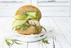 Σπιτικό τριζάτο burger ψαριών άνοιξη με τα πικάντικα τσίλι mayo στο λευκό αγροτικό ξύλινο πίνακα πέρα από το ελαφρύ υπόβαθρο διάσ Στοκ Εικόνες