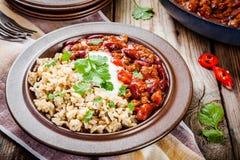 Σπιτικό τσίλι με τα φασόλια και το άγριο ρύζι Στοκ εικόνα με δικαίωμα ελεύθερης χρήσης