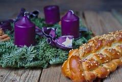 Σπιτικό τσεχικό κέικ Χριστουγέννων με ένα στεφάνι εμφάνισης στοκ εικόνα
