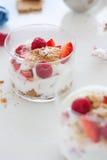 Σπιτικό υγιές επιδόρπιο σε ένα γυαλί με το γιαούρτι, τους νωπούς καρπούς και τα μπισκότα για το πρόγευμα Στοκ εικόνες με δικαίωμα ελεύθερης χρήσης