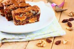Σπιτικό υγιές κέικ με τους ξηρούς καρπούς Στοκ φωτογραφία με δικαίωμα ελεύθερης χρήσης