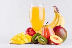 Σπιτικό υγιές ποτό - πολυ χυμός φρούτων των κόκκινων, κίτρινων, πράσινων, πορτοκαλιών φρούτων στο μαλακό ελαφρύ άσπρο ξύλινο υπόβ στοκ εικόνες με δικαίωμα ελεύθερης χρήσης