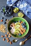 Σπιτικό υγιές πρόγευμα με το γιαούρτι, το granola και τα μούρα Στοκ Φωτογραφίες