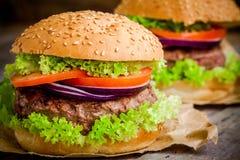 Σπιτικό χάμπουργκερ με το φρέσκο πράσινο μαρούλι, την ντομάτα και το κόκκινο κρεμμύδι Στοκ φωτογραφία με δικαίωμα ελεύθερης χρήσης