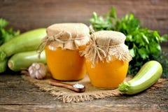 Σπιτικό χαβιάρι από τα οργανικά κολοκύθια με τα κρεμμύδια, τα καρότα, το σκόρδο και τις ώριμες ντομάτες Χαβιάρι κολοκύνθης Στοκ φωτογραφία με δικαίωμα ελεύθερης χρήσης