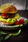 σπιτικό χορτοφάγο burger σε ένα κουλούρι με το σουσάμι Στοκ φωτογραφία με δικαίωμα ελεύθερης χρήσης