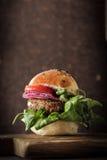 σπιτικό χορτοφάγο burger στους σπόρους ενός κουλουριών σουσαμιού της μπύρας Στοκ Εικόνα