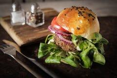σπιτικό χορτοφάγο burger στους σπόρους ενός κουλουριών σουσαμιού της μπύρας Στοκ εικόνα με δικαίωμα ελεύθερης χρήσης