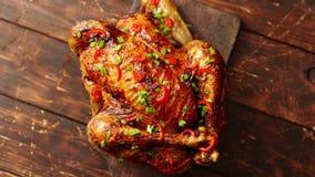 Σπιτικό ψημένο πικάντικο κοτόπουλο με τα τσίλι και το φρέσκο κρεμμύδι απόθεμα βίντεο