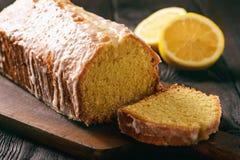 Σπιτικό ψωμί λεμονιών στο ξύλινο υπόβαθρο Στοκ Εικόνες