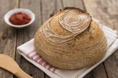 Σπιτικό ψωμί μαγιάς στον ξύλινο πίνακα στοκ εικόνες
