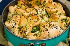 Σπιτικό ψωμί με τη φωτογραφία κρεμμυδιών και τροφίμων καρυκευμάτων Στοκ φωτογραφία με δικαίωμα ελεύθερης χρήσης