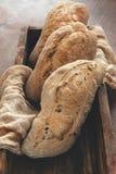 Σπιτικό ψωμί με τις ελιές χωρίς μίνι-αρτοποιείο ζύμης στοκ εικόνες