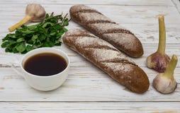 Σπιτικό ψωμί με το σκόρδο και το φλιτζάνι του καφέ Στοκ Εικόνες