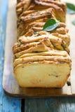 Σπιτικό ψωμί με το τυρί, το σαλάμι και τα χορτάρια Στοκ εικόνες με δικαίωμα ελεύθερης χρήσης