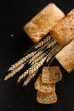 Σπιτικό ψωμί σε ένα μαύρο υπόβαθρο Στοκ εικόνα με δικαίωμα ελεύθερης χρήσης