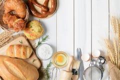 Σπιτικό ψωμιά ή κουλούρι, croissant και αρτοποιείο Στοκ φωτογραφίες με δικαίωμα ελεύθερης χρήσης