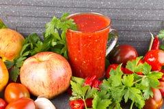 Σπιτικό adjika με τα μήλα, καυτή σάλτσα με το πιπέρι και σκόρδο στοκ εικόνες με δικαίωμα ελεύθερης χρήσης